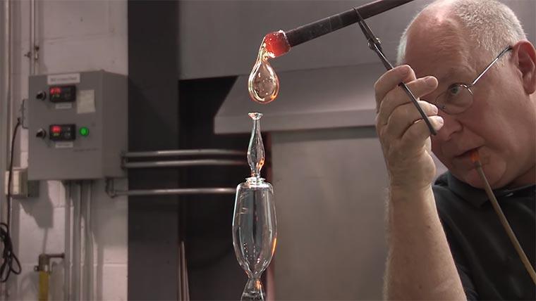 Wie ein Weinglas geblasen wird wine-glas-blower