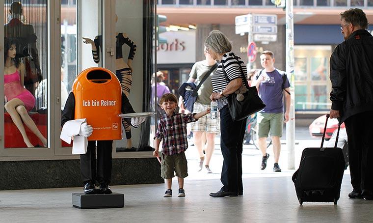 Trefft Papierkorb-Roboter Reiner beim Public Viewing BSR-Reiner_01