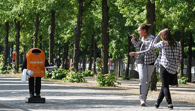 Trefft Papierkorb-Roboter Reiner beim Public Viewing BSR-Reiner_03