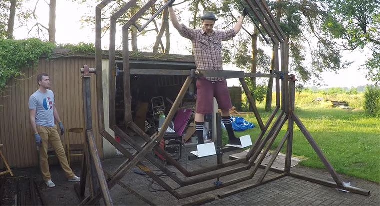 Fynn Kliemann baut ein Astronauten-Gyroskop