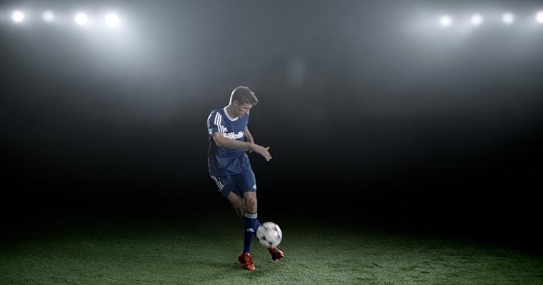 Thomas Müller zeigt Fußballtricks und ihr gewinnt Gillette-Sets Gillette-Uni-Liga_01
