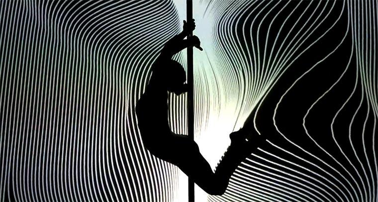 Poledance vor der Lichterwand