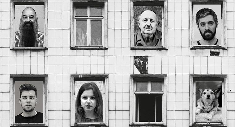 Bewohner werden in Fenstern zu ihrer Straße ausgestellt emser-koepfe_01