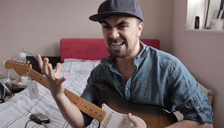 Mike Boyd lernt (erneut) Gitarrespielen mike-boyd-guitar
