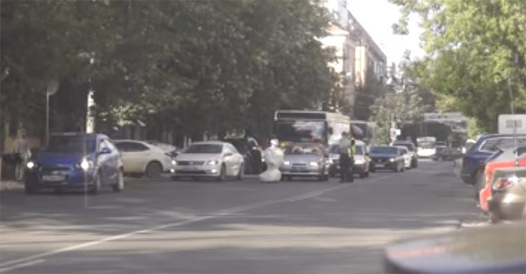 Entflohener Humanoid legt Verkehr lahm robot-russian-street