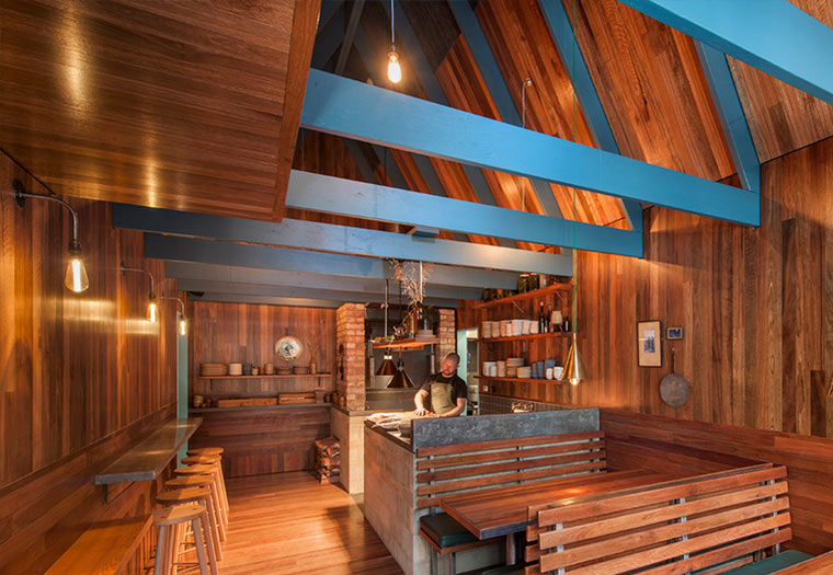Holzhütte zwischen Hochhäusern Pink-Moon-Saloon_02