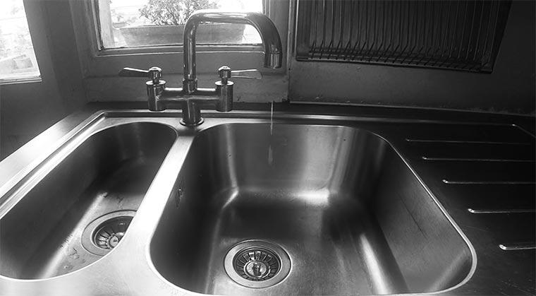 Ein tropfender Wasserhahn wird zu Musik drip-dop