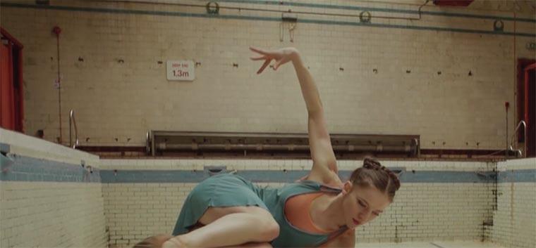 Wirrer Tanz im verlassenen Schwimmbad maze-ballett