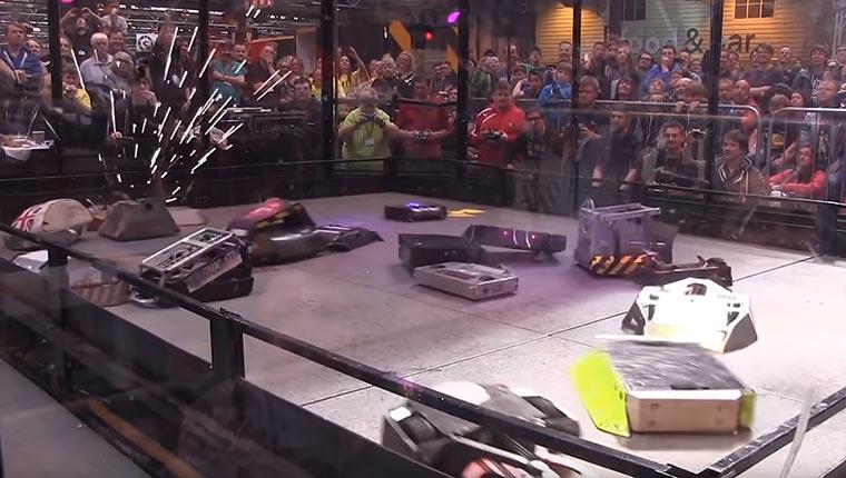 Wenn 18 Roboter gegeneinander kämpfen robo-league-18-robots