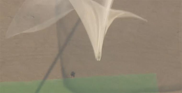 Aus 7.620 Metern ohne Fallschirm in ein Netz springen