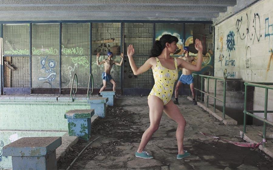 Stopmotion-Tanz im verlassenen Schwimmbad hunted-dreams