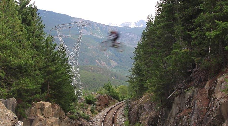Mit dem Mountainbike über die Bahn-Schneise kenny-smith-train-gap