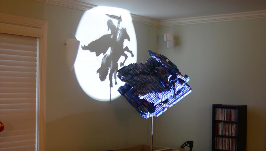 LEGO-Skulptur wirft unterschiedliche Schattenbilder