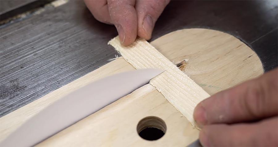 Mit einem Papierblatt Holz durchschneiden paper-cuts-wood