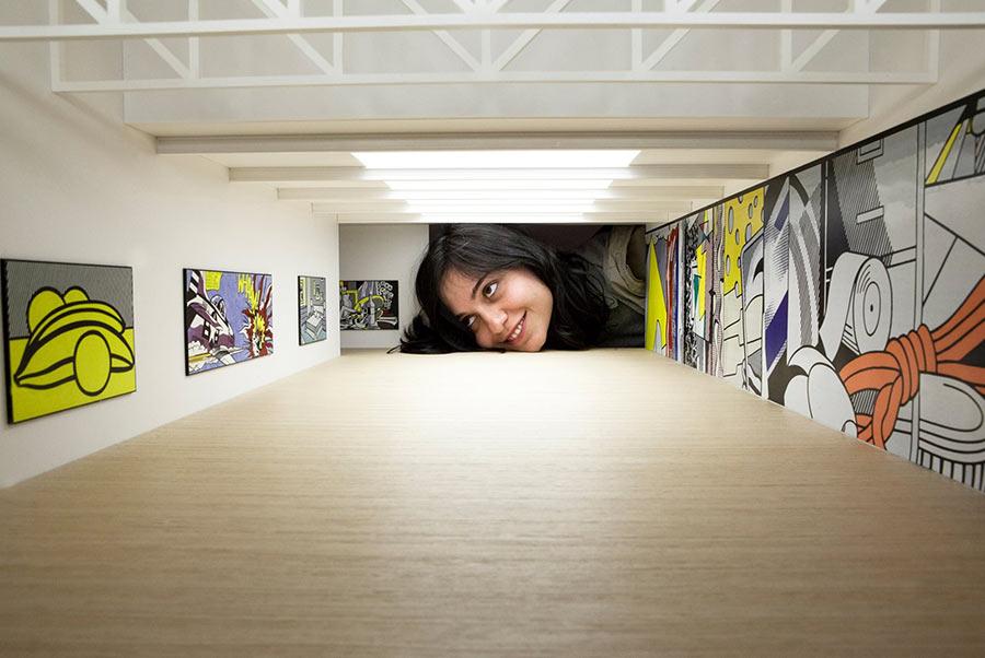 Werde riesiger Kunstliebhaber put-your-head-into-gallery_01