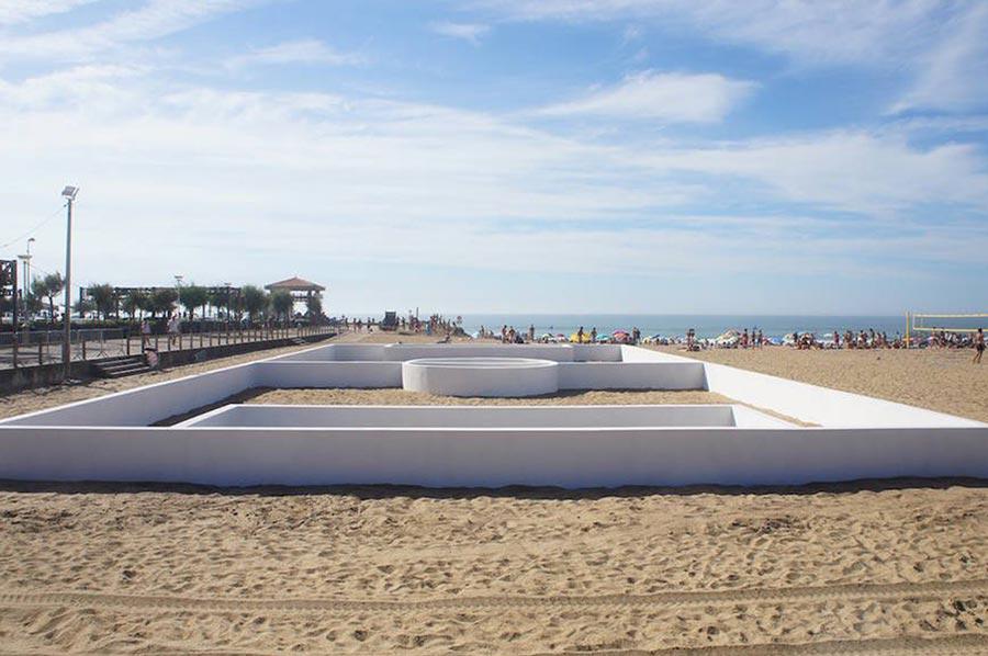 Fußballfeld-Linien als Wände soccer-place-sculpture-beach_02