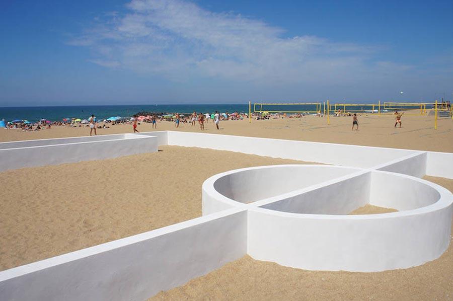 Fußballfeld-Linien als Wände soccer-place-sculpture-beach_03