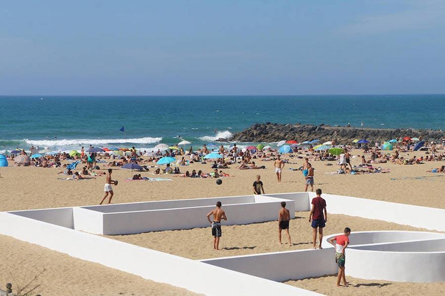 Fußballfeld-Linien als Wände soccer-place-sculpture-beach_05