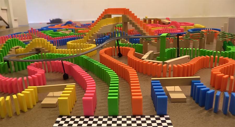 Welche Domino-Farbe fällt am schnellsten? the-amazing-domino-race