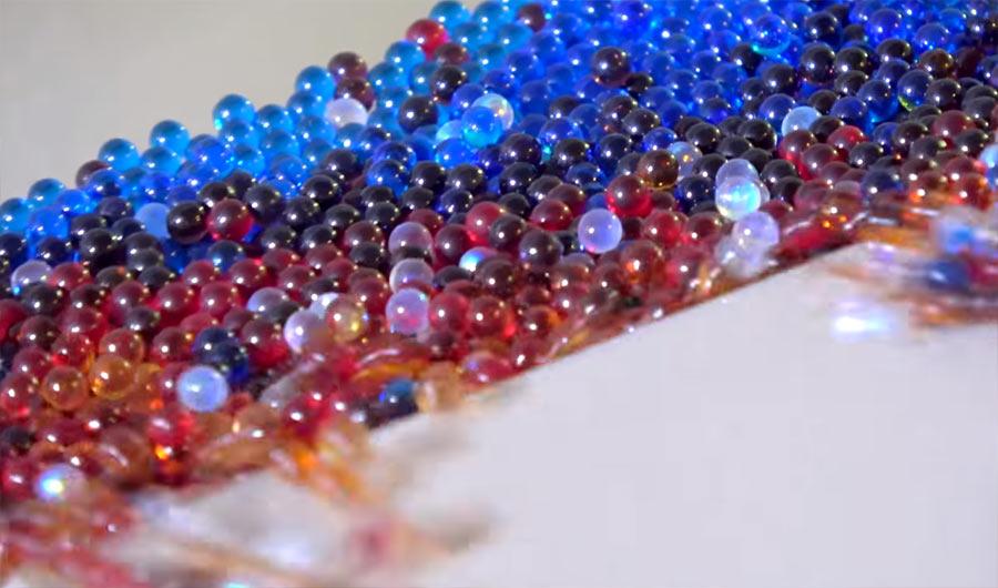 100.000 Mini-Murmeln auf einer Bahn 100000-marbles