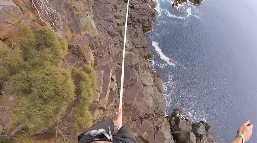 Wahnsinn: Slacklining Moai Tower