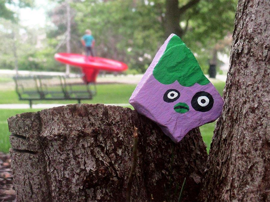 6-Jähriger bemalt 1.000 Steine mit Gesichtern und versteckt sie hidden-face-stones_03