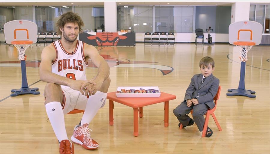 Kleiner Junge spricht mit NBA-Stars über deren Lieblings-Süßigkeiten