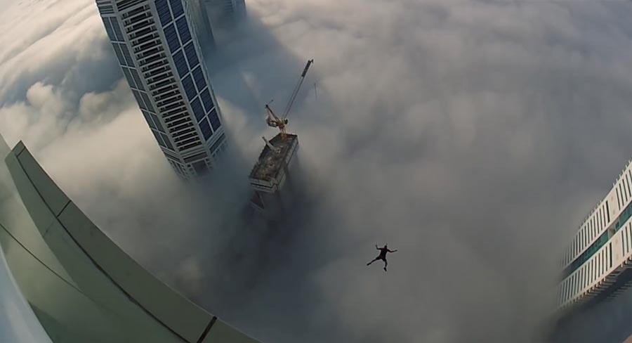 Base Jump in die Wolkendecke leap-of-faith-dubai-tower-clouds