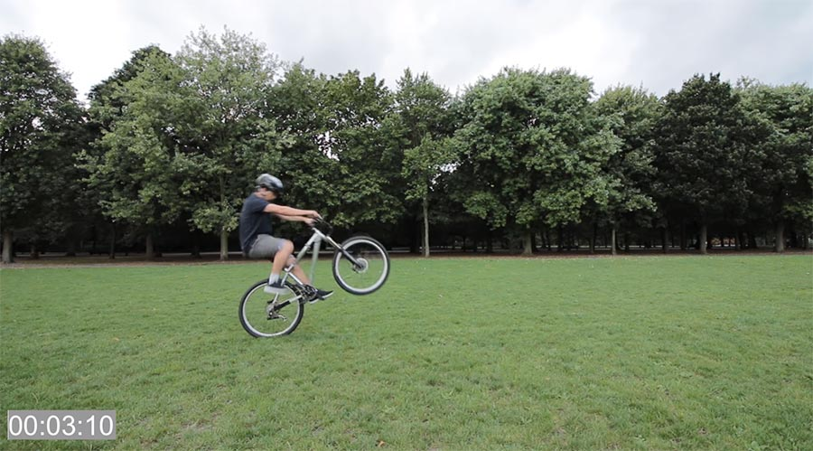 Miky Boyd lernt einen 100-Meter-Wheelie