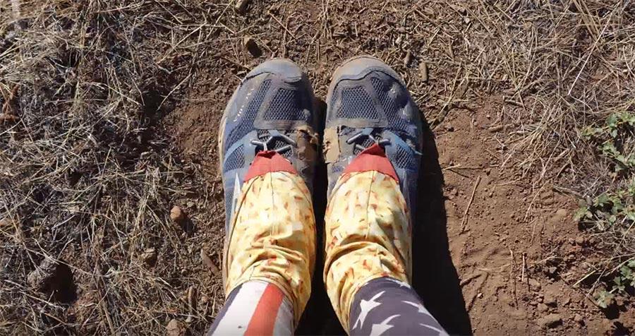 In einer Minute durch vier Paar Schuhe wandern