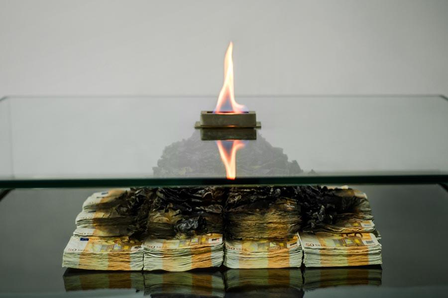 Tischkamin aus brennenden 50 Euro-Scheinen