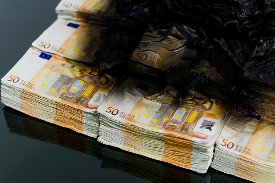 Tischkamin aus brennenden 50 Euro-Scheinen burning-money-table_02