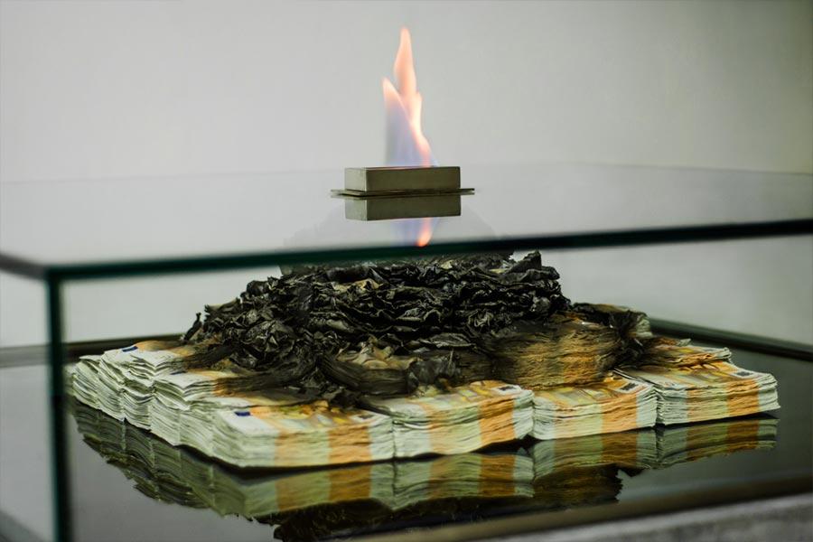 Tischkamin aus brennenden 50 Euro-Scheinen burning-money-table_03