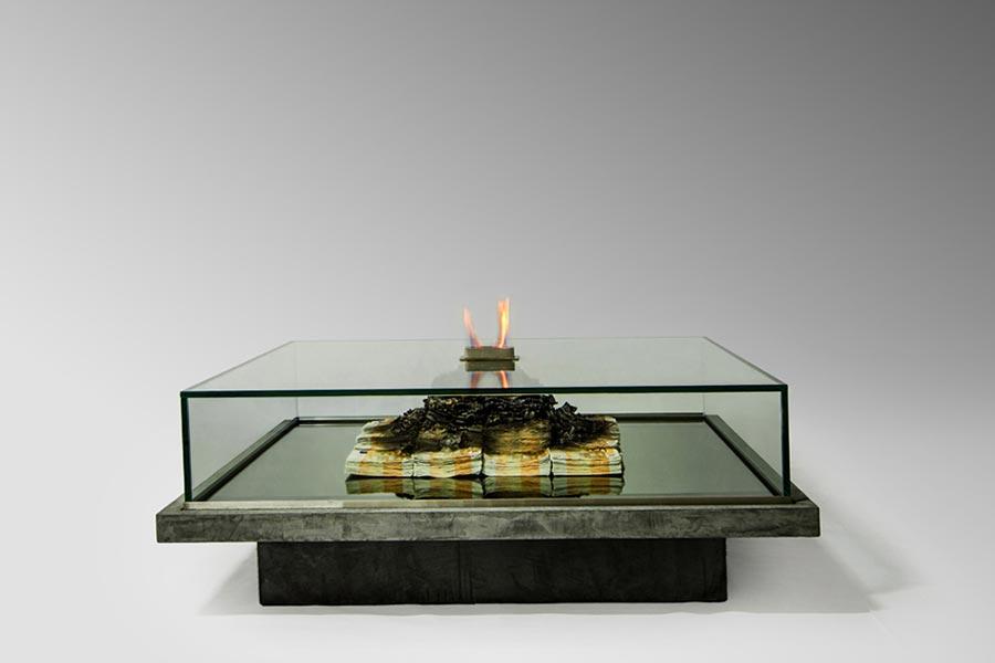 Tischkamin aus brennenden 50 Euro-Scheinen burning-money-table_04