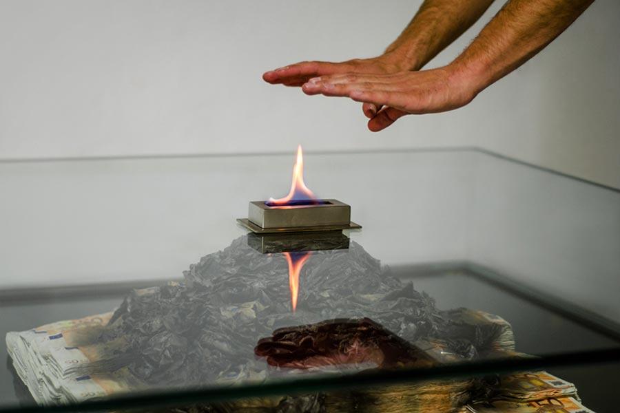 Tischkamin aus brennenden 50 Euro-Scheinen burning-money-table_05