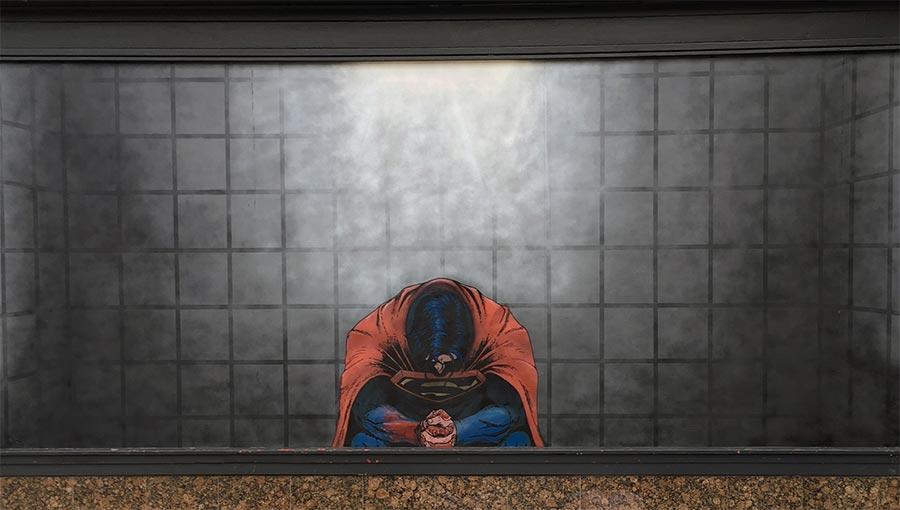 Bedächtiger Superman in seiner Zelle