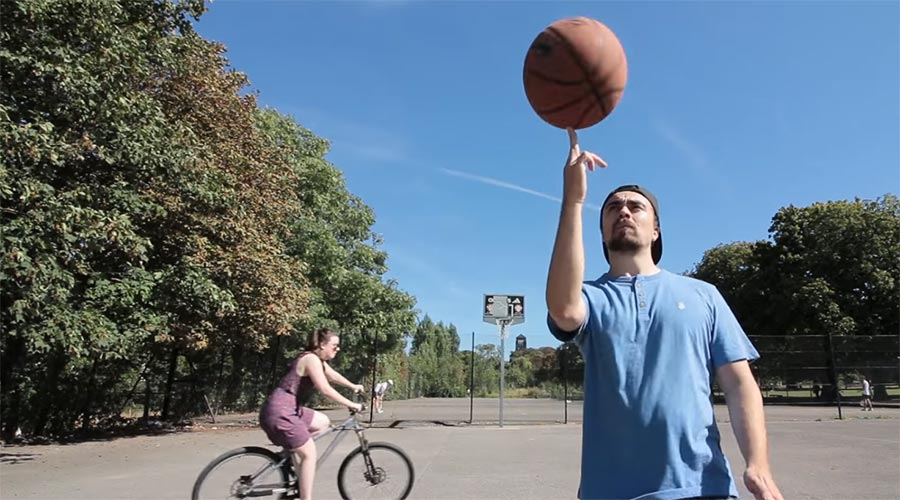 Mike Boyd lernt das Drehen eines Basketballs