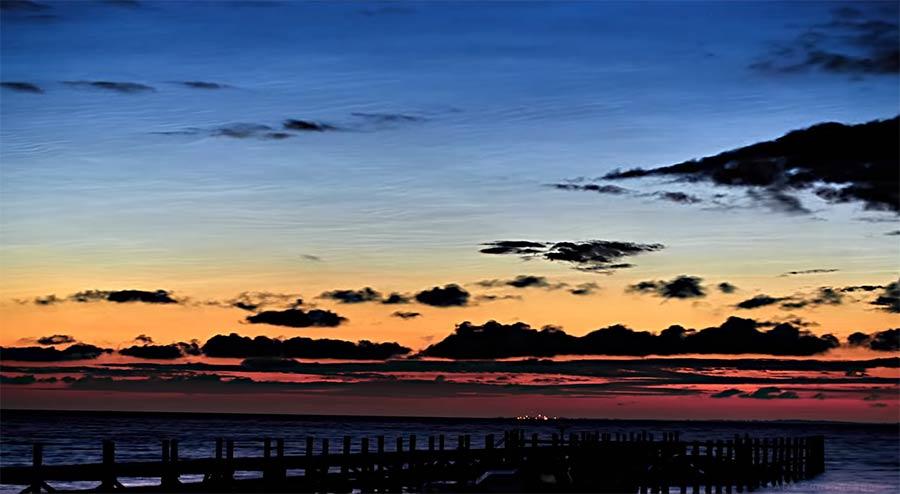 Timelapse: Leuchtende Nachtwolken