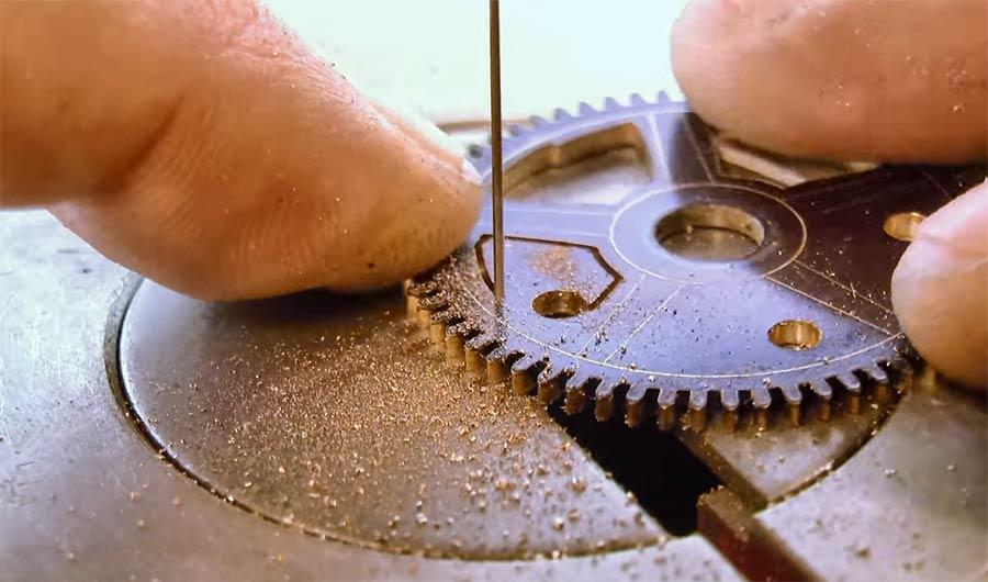 Die feinteilige Entstehung einer Uhr