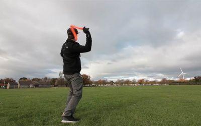 Mike Boyd lernt, einen Bumerang zu werfen