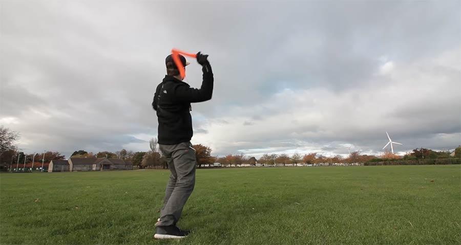 Mike Boyd lernt, einen Bumerang zu werfen mike-boyd-boomerang