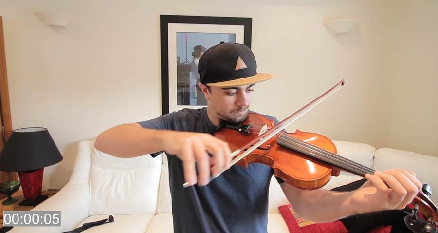 Mike Boyd lernt Violine-Spielen