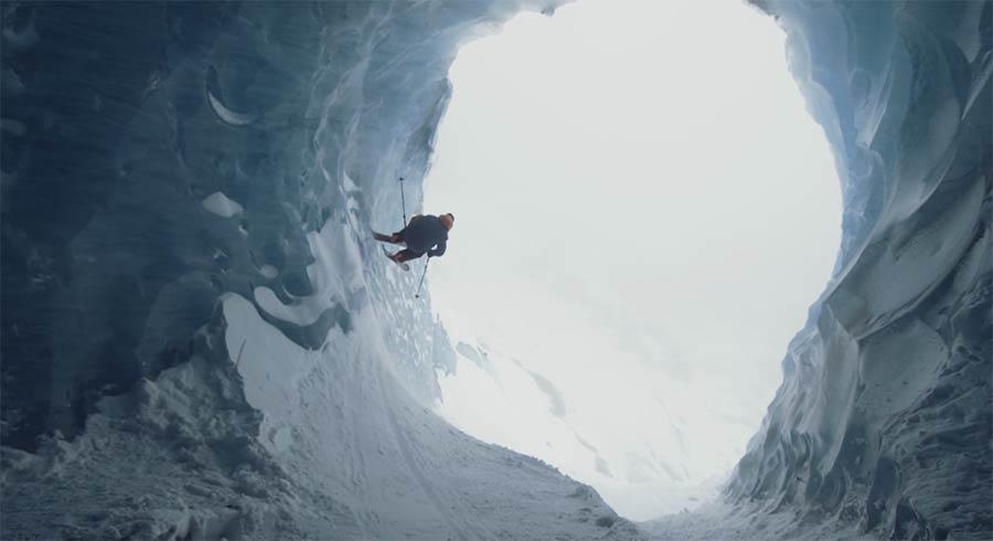 Skifahren in der Eishöhle sam-favret-ice-call