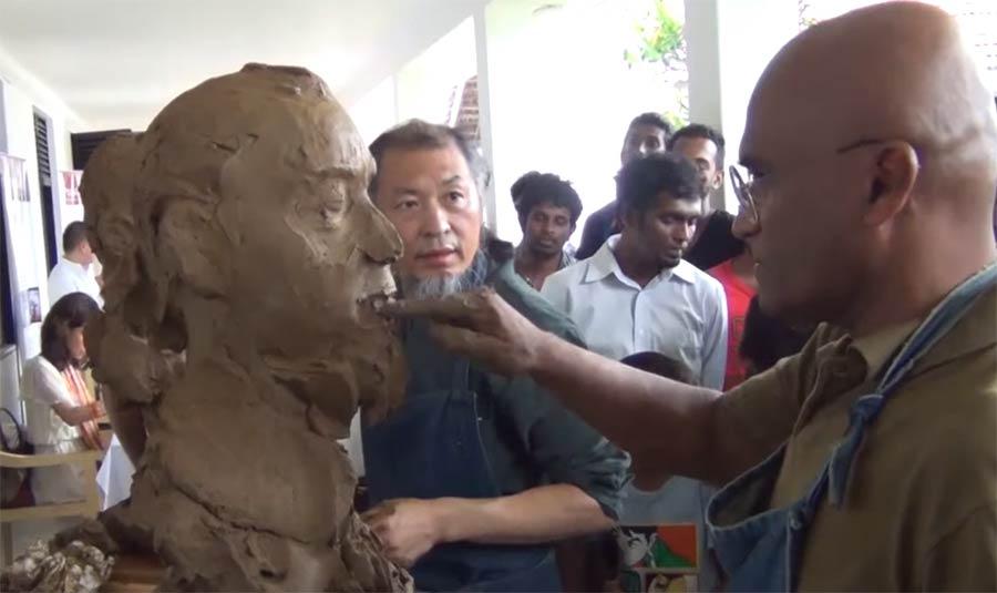 Zwei Skulpteure modellieren sich parallel gegenseitig skulpteure-gegenseitig