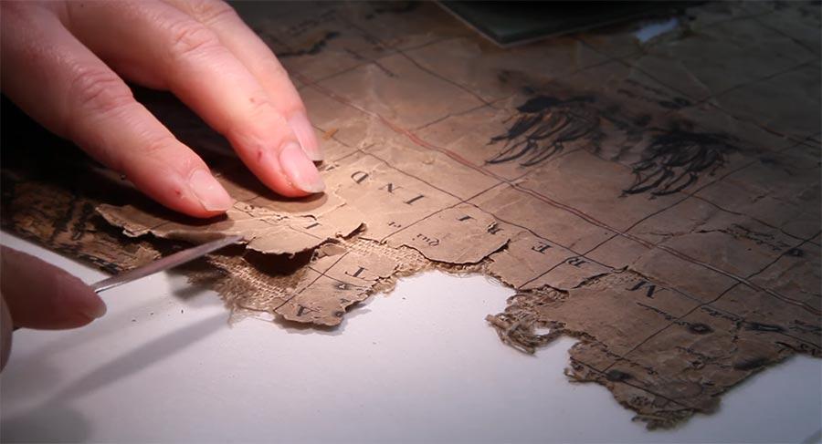 So wird eine 400 Jahre alte Karte restauriert