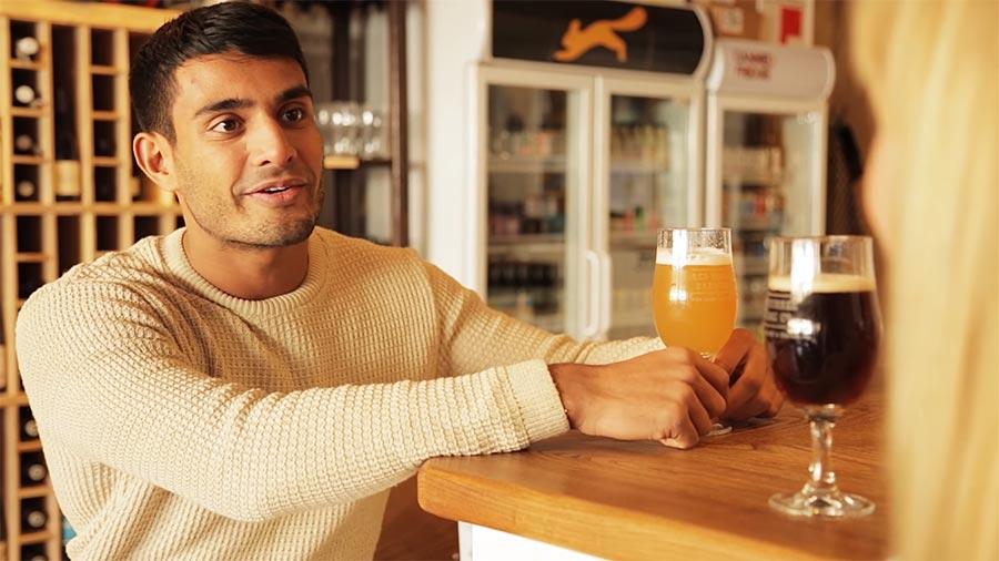 Der Mann, der Bier zu sehr mag the-mate-that-is-too-into-his-beer