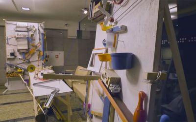 Weltgrößte Rube Goldberg Machine knipst Weihnachtsbaum an
