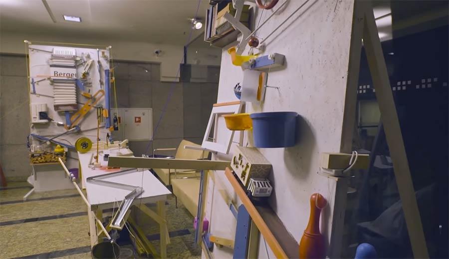 Weltgrößte Rube Goldberg Machine knipst Weihnachtsbaum an worlds-largest-rube-goldberg-machine