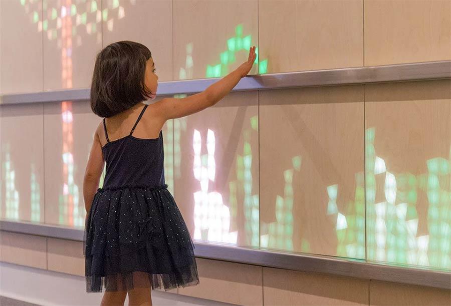 Wand mit interaktiven Licht-Panelen