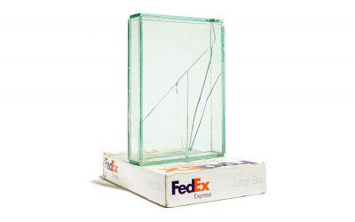 Ungeschützt verschicktes Glas wird zu gesprungener Kunst